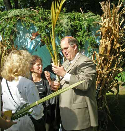 Rabbi explaining the Sukkah