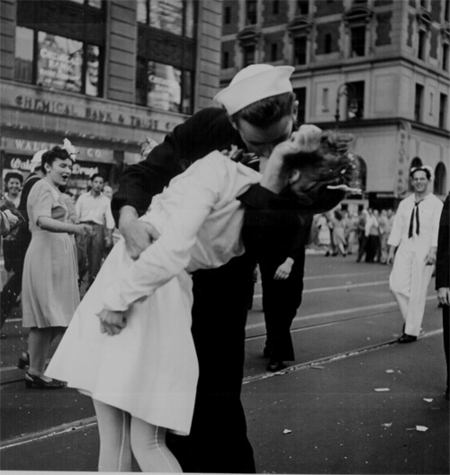 1945 V-J Day kiss in Times Square