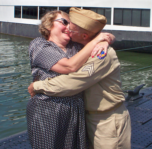 Sheila Barnes and Alan Winkler VJ-Day kiss
